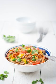 Nudelsalat mit rotem Curry
