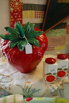 vintage strawberry cookie jar with matching salt & pepper set Strawberry Cookies, Strawberry Patch, Strawberry Fields, Strawberry Shortcake, Red And White Kitchen, Red Kitchen, Vintage Kitchen, Strawberry Kitchen, Fresco