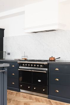 Lacanche Range + Belgian Blue Fossil worktops and amazing Carrara marble backsplash / deVOL via simply grove Devol Shaker Kitchen, Devol Kitchens, Modern Kitchen Cabinets, New Kitchen, Home Kitchens, Kitchen Dining, Kitchen Decor, Dark Cabinets, Dining Rooms