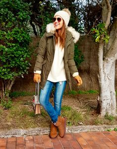 Tras la pista de Paula Echevarría » PREPARADA PARA EL FRÍO. Ivory oversized sweater+ripped straight jeans+brown UGG boots+khaki padded parka+ivory pompom beanie+aviator sunglasses+gloves. Winter Casual Outfit 2016-17