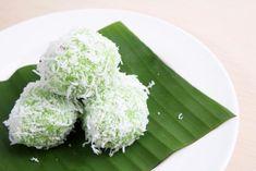 Klepon Indonesian Cuisine, Grains, Rice, Japanese, Ethnic Recipes, Food, Japanese Language, Essen, Indonesian Food