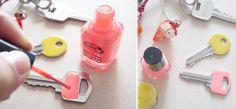 Découvrezquelques idées pour recycler vos vieux vernis à ongles, sur des bijoux pour un effet 100% colorés oudes mugs pour un effet marbré...
