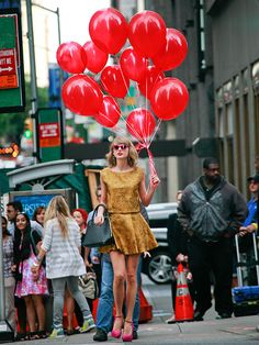The ever adorable Taylor Swift was spotted sporting our perfectly fall gold matching set and a dozen red balloons in NYC recently - quite the photo op! Taylor Swift Moda, Estilo Taylor Swift, Taylor Swift New, Swift 3, Taylor Swift Style, Taylor Swift Pictures, Red Balloon, Balloons, Star Track