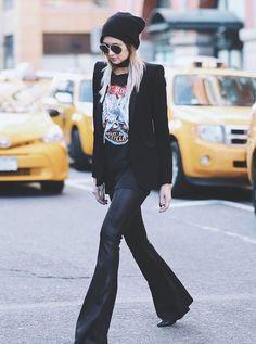 Os moods diferentes podem ser misturados com a flare de couro, a t-shirt rocker e o blazer preto com cara de office. it-girl - calça-flare-couro-t-shirt - calça-couro - inverno - street style