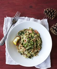 Træt af den sædvanlige omgang spaghetti med kødsauce? Så skal du prøve den her opskrift, hvor pastaen i stedet får følgeskab af lækker røget laks og den sunde grønkål.
