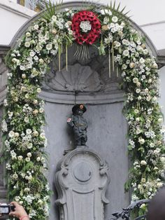 Guied to Brussels - Manneken Pis dressed as a soldier to mark the 100 year anniversary of the start of WW I Manneken Pis, Cool Places To Visit, The Good Place, Cool Pictures, Floral Wreath, Brussels Belgium, Wwi, Anniversary, Europe