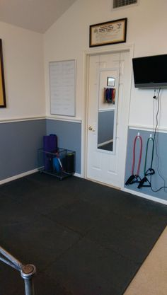 Small home gym in a portion of my guest room * need in our garage Diy Home Gym, Best Home Gym, Workout Room Home, Workout Rooms, Small Home Gyms, Interior Decorating Tips, Interior Design, Home Gym Design, Gym Decor