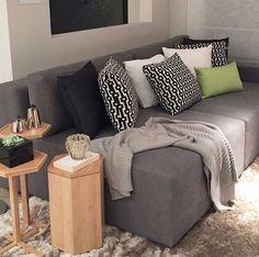 Sala Maravilhosa. Adoro tons de cinza, preto e branco e quando tem madeira junto, fica ainda melhor. #sala #sofá #almofadas #manta #mesalateral #madeira #pretoebranco #blackandwhite #cinza #tapetes #decor #decorclean #montandomeuape