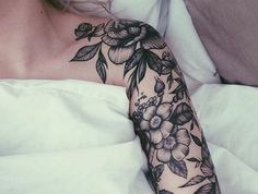 tatouage manchette femme, manchette de fleurs jolies, couleur noire
