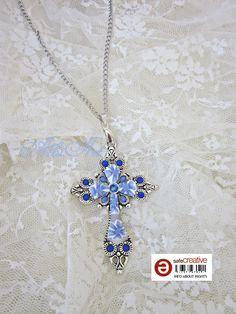 Colgante cruz y flores arcilla polimérica azul