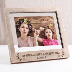 Der liebevoll gestaltete Bilderrahmen aus Holz bereitet Ihrer geliebten Mama zum Muttertag garantiert große Freude. Graviert mit Ihrem individuellen Grußtext, Schmetterlingen und Ornamenten bietet der Rahmen Platz für Ihr schönstes Foto mit und für Ihre Mama.