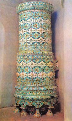 Круглая печь, облицованная рельефными изразцами. 70-е годы 17 века. Тихвинская церковь бывшего села Алексеевского в Москве