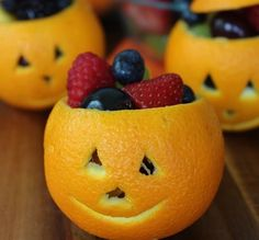 Orange Jack-O-Lantern Fruit Cups – Healthy Treat Bowls - perfect for Halloween and even carry to Thanksgiving with no faces. Kids Snack Idea on Frugal Coupon Living. Halloween Desserts, Postres Halloween, Halloween Themed Food, Halloween Treats For Kids, Healthy Halloween Snacks, Healthy Snacks, Halloween Recipe, Healthy Breakfasts, Spirit Halloween