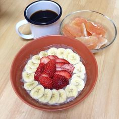 Powerful Detox Bowl Protein Choco porridge with Banana Strawberries Grapefruit =337kcal  Oats in chocolate Protein drink overnight topped with colourful companies  #breakfasts #healthyeating #cleaneating #fruit #vegan #vegetarian #protein #porridge #coffee #detox #fasting #intermittentfasting #cleanse #workout #朝ごはん by yck106