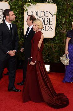 Naomi Watts se trasladó a varias décadas atrás y nos dio una clase de buen estilo. Corte bob, unos pendientes de rubí colgando, el clutch de Salvatore Ferragamo y la espalda que Zac Posen deja al aíre en este vestido largo color burdeos.