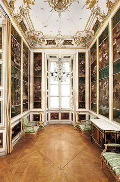 Picture: Chinese Lacquer Cabinet of the central pavilion of Nymphenburg were redesigned in under the direction of François Cuvilliés the Elder. Palace Interior, Arch Interior, Interior Design, Royal Palace, Great Photos, Pavilion, Chinese, Tours, Germany