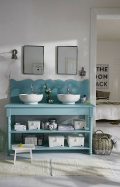 Mit schönen Möbeln und Accessoires wird auch das kleinste Badezimmer zum Wohlfühlraum.#homestory #home #interior #accessoires #bathroom #trends