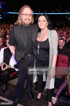 singer-barry-gibb-and-linda-gray-attend-stayin-alive-a-grammy-salute-picture-id669212550 (407×612)