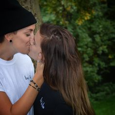 Amazing lesbian kissing