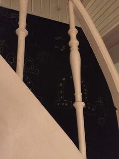 Tavlemaling ved trappen, pigerne elsker at male der.