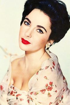 Elizabeth Taylor - A true English rose Golden Age Of Hollywood, Vintage Hollywood, Hollywood Glamour, Hollywood Stars, Classic Hollywood, Edward Wilding, Vintage Beauty, Miss Elizabeth, Elizabeth Taylor Eyes