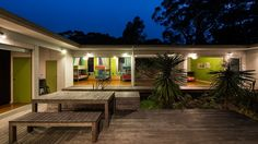 small-vacation-home-wraps-around-large-private-courtyard-4-courtyard.jpg