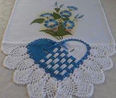 Lindo pano de prato feito com pintura a mão e um lindo barrado em crochê 100% algodão. Medida do pano de prato com o barrado 0,92x0,48cm. Fazemos na cor e no tema que desejar! Crochet Baby Dress Pattern, Crochet Bra, Free Crochet, Crochet Patterns, Crochet Potholders, Crochet Doilies, Crochet Table Runner, Crochet Borders, Crochet Designs