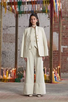 Rosie Assoulin Fall 2016 Ready-to-Wear Fashion Show The oversized suit seperates, winking at Annie Hall, look so fresh with the choker necklace and prim earrings http://www.theclosetfeminist.ca/ http://www.vogue.com/fashion-shows/fall-2016-ready-to-wear/rosie-assoulin/slideshow/collection#2