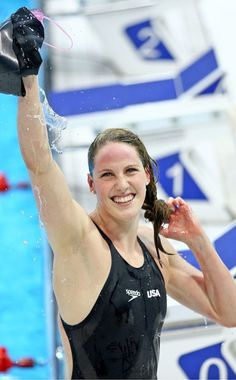 Missy Franklin of the United States waves to the crowd after winning the Women's Backstroke Final on Day 7 of the London 2012 Olympic Games Olympic Swimmers, Olympic Athletes, Olympic Sports, Olympic Games, Missy Franklin, I Love Swimming, 2012 Summer Olympics, Winners And Losers, Swim Team