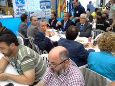 Mesa presidencial... Salvador Escoda inmortalizando el acto con su smartphone