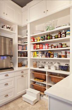 Cocina Blanca con despensa a la vista