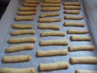 Vista lo loro golosità, ho fatto doppia dose, voi provate a farli con la dose che vi darò, però vi assicuro che già dalla seconda volta dovrete raddoppiare gli iongredienti. Ingredienti: – 1 uovo – 100 gr di zucchero – 100 gr di burro freddo tagliato a pezzetti – 250 gr di farina – 1 bustina di vanillina – 1 cucchiaino di lievito – cioccolata al latte o fondente per la copertura