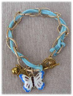 R25 - Pulseira com corrente metálica dourada, fio de couro azul.   Cloisonné borboleta peça metálica dourada em forma de maça e mão.  4,5€.   Visite: http://artebijuarmanda.blogspot.pt/