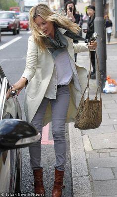Simple and fabulous! Moss Fashion, Denim Fashion, Star Fashion, Daily Fashion, Pantalon Slim, Grey Skinny Jeans, Layered Look, Kate Moss, Red Carpet Fashion