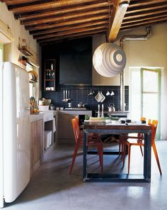 Uma cozinha moderna com fusão de estilos é o sonho de todos os amantes da decoração. Com toques do estilo rústico e um visual arrojado, a cozinha moderna...