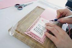Den Tonkarton auf Taschentuchlänge zuschneiden | Foto: Jan Metzmacher