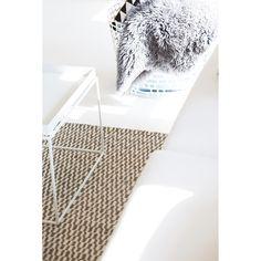Charles teppe fra Linie Design. Ett enkelt og stilfullt teppe med bølgete mønster i gr...