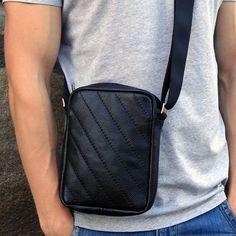 Стильная сумка дизайнерская мужская в подарок Handmade black leather предназначена для подарка мужчине, поклоннику свободного городского стиля. Сумка выполнена из натуральной кожи, застежка – молния, регулируемая по длине ручка. Внутри изделие имеет общий отдел и отделение для телефона, размер