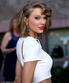 Siren: Taylor had the requisite red lipstick and smoky eyes