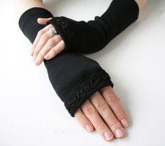 Wunderschöne schwarze Armstulpen mit Daumenloch und feiner Posamentenborte über dem Handrücken verziert.   Bequeme Paßform  Einheitsgröße, da der Stoff dehnbar ist  Länge: ca. 28 cm