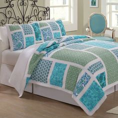 #Quilting I love the colors in this quilt and matching pillow shams.