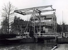 Brug in Bussum die gaat verdwijnen omdat de haven wordt gedempt. Voor Hotel restaurant