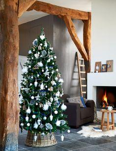 Combi van stoer met een klassiek versierde boom in blauw en wit #kerst