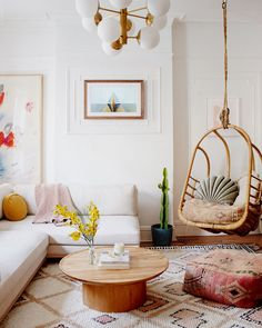 Colorful Bohemian Modern Brooklyn Apartment + How To Get The Look Let's visit a beautiful bohemian apartment today in Brooklyn, meet the homeowner, and see if there are any decorating ideas that we can apply to our own living space. Living Room Interior, Home Interior, Home Living Room, Living Room Designs, Living Room Decor, Bedroom Decor, Interior Design For Apartments, Blush Living Room, Interior Plants