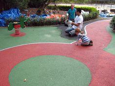 Het aanbrengen van een rubber gietvloer is een zeer duurzame, moderne oplossing met tal van mogelijkheden op het gebied van kleuren en design. Alle ontwerpen zijn mogelijk en er is een groot aantal kleuren beschikbaar. Het resultaat is een valdempende ondergrond die volledig op maat is gemaakt in de vorm van een naadloze egale vloer. Een voordeel van de rubber gietvloer is ook dat deze precies om de speeltoestellen heen kan worden aangelegd zodat deze echt één geheel vormen.
