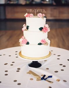 Adorable Mr. and Mrs. gold cake topper: http://www.stylemepretty.com/2015/03/27/romantic-st-louis-wedding-with-pops-of-pink/ | Photography: Lisa Dolan - http://lisadolanphotography.com/