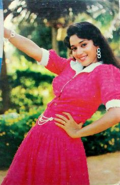 Throw back photo of Madhuri dixit Vintage Bollywood, Bollywood Girls, Bollywood Stars, World Most Beautiful Woman, Beautiful Gorgeous, Beautiful Bollywood Actress, Beautiful Actresses, Madhuri Dixit Hot, Vintage India