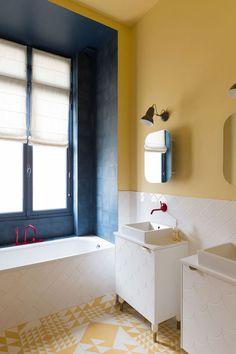 Sol graphique et applats de couleurs fortes pour une salle de bain néo-rétro