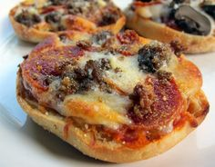 1 muffin (2 pizzas) is only about 200 calories :)  Pair with a salad or veggies :) Bays English Muffins, English Muffin Pizza, Pizza Recipes, Snack Recipes, Cooking Recipes, Yummy Recipes, What's Cooking, Detox Recipes, Breakfast Recipes