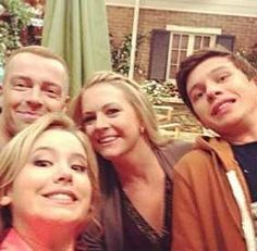 Melissa Joan Hart, Taylor Spreitler, Nick Robinson and Joey Lawrence doing a selfie xD
